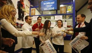 Los agraciados en el Sorteo de la Lotería celebran su suerte