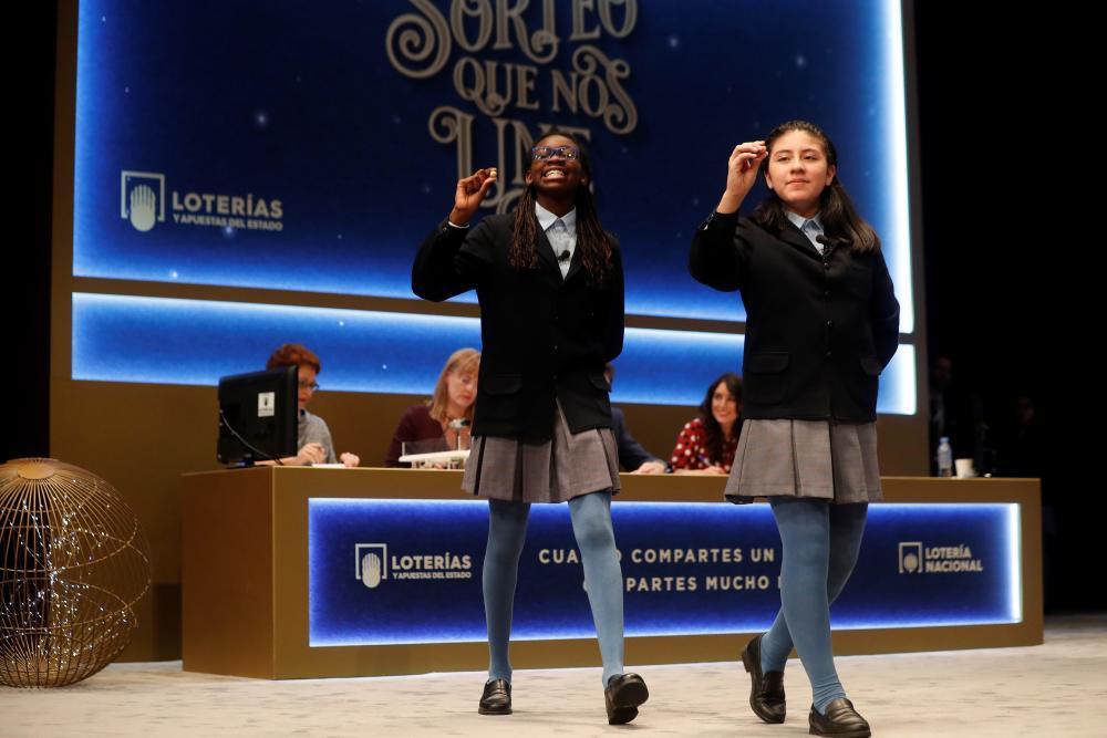 Las dos niñas de la residencia de San Ildefonso posan con las bolas correspondietes al Primer Premio de la <a href=
