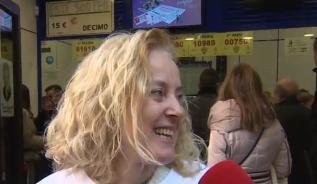 Doña Manolita reparte el primer premio del sorteo del Niño